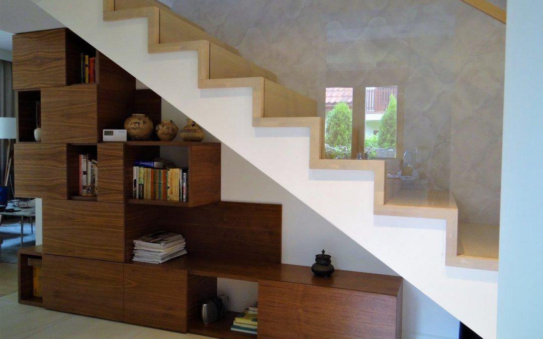 Regał umieszczony pod schodami
